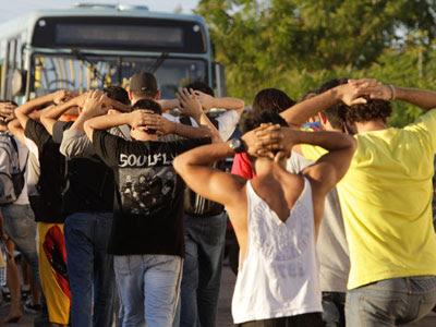 Varios detenidos durante la protesta, cerca del estadio Arena Castelão de Fortaleza. EFE