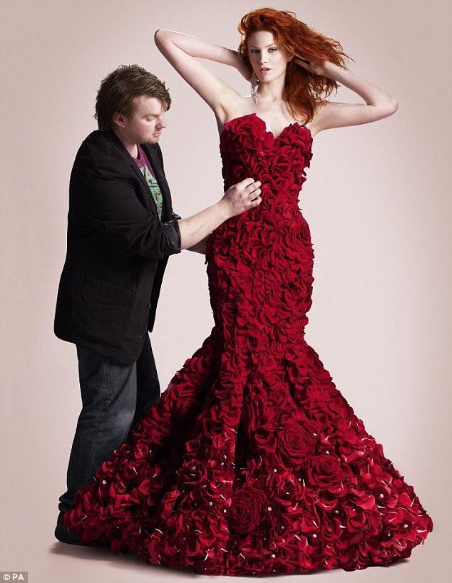 O vestido foi desenhado por 23-year-old Joe Massie, três vezes vencedor da Florista Chelsea RHS Jovem do Ano