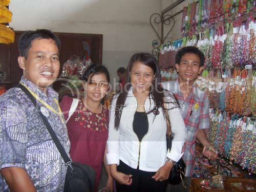 SHOPPING TOGETHER : I (left side) and Keyko, Ririn and Fadel at souvenir shops, Erlangga Bali (12/4).Just select the merchandise you like to buy, and take them home for you and your family. Photo by Syahrir Badulu / KGRE Representative Makasar