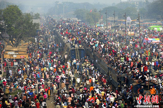 Bangladesh Muslims on crowded station in Dhaka