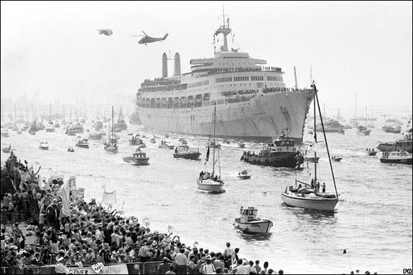 retour triomphal de la flotte anglaise a Portsmouth en fin de guerre des Falklands