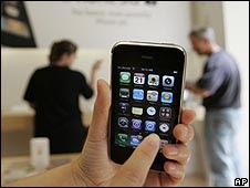 Un iPhone en una tienda de Apple