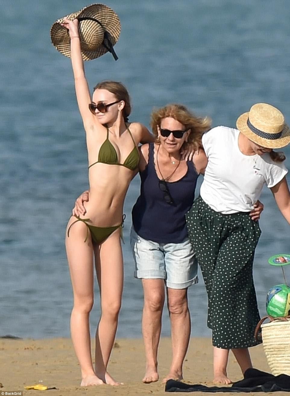 Férias européias: no sábado, Lily-Rose Depp, de 18 anos, absorveu os últimos dias de verão com uma viagem à ilha de Ré na França