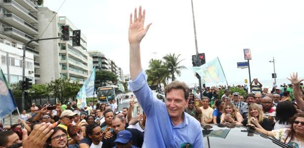 O senador Marcelo Crivella (PRB), candidato a prefeito do Rio de Janeiro, durante caminhada na orla de Ipanema e Leblon neste domingo