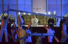 Artistas se apresentam em frente ao papa Francisco, durante vigília de oração na praia de Copacabana, no Rio de Janeiro, neste sábado. 27/07/2013 REUTERS/Luca Zennaro/Pool