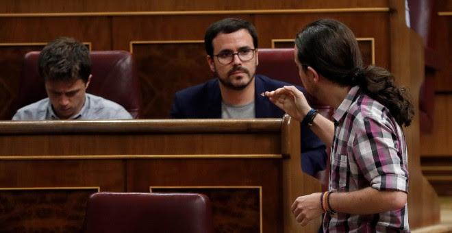 El secretario de Análisis Estratégico de Podemos, Íñigo Errejón, el líder de IU, Alberto Garzón y el líder de Podemos, Pablo Iglesias, conversan durante el pleno del Congreso de los Diputados. EFE/Chema Moya