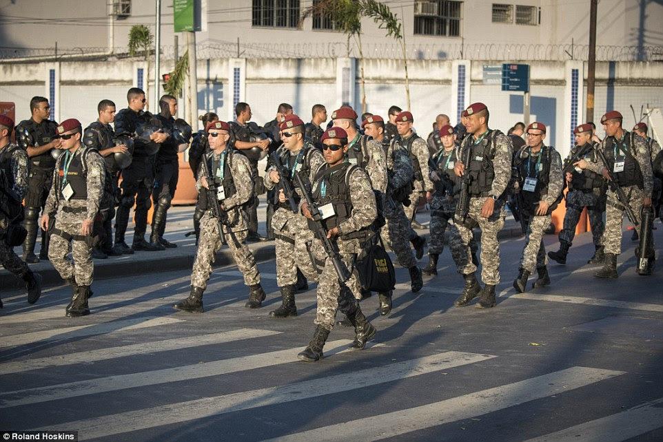 Correr riscos: Na entrada imediata para o Maracanã, a polícia equipados para motins assistiu a uma formação de soldados fortemente armados andar passado