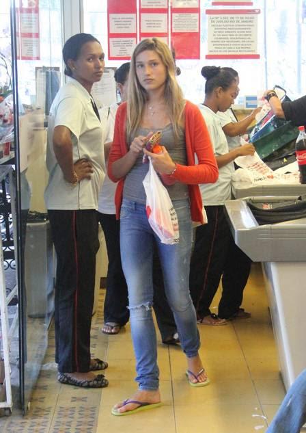 Sasha é fotografada enquanto faz compras no supermercado