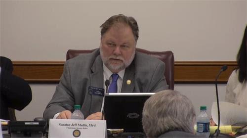 ??年2月14日,美国乔治亚州参议院规则委员会举行关注中共强摘器官的听证会。图为629号决议案发起人、参议院规则委员会主席穆利斯先生。'