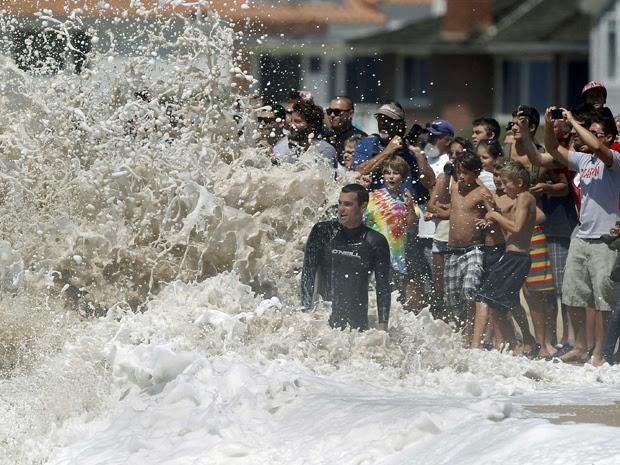 Moradores da Califórnia em praia durante competição esportiva em setembro deste ano (Foto: Alex Gallardo/Reuters)