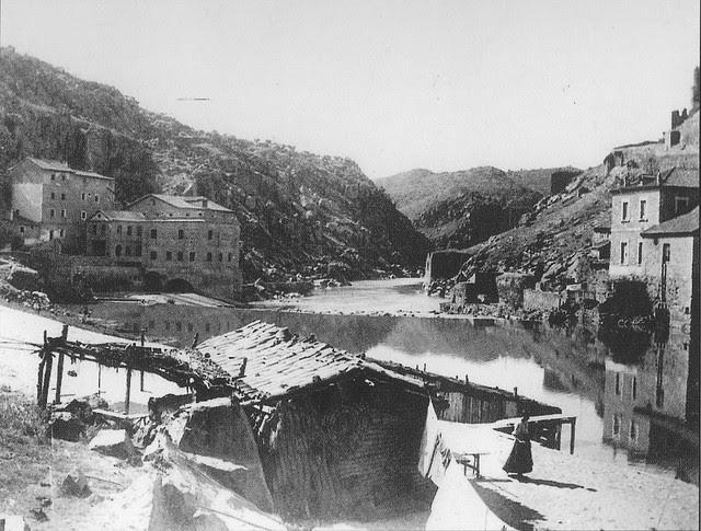 Zona cercana al Puente de Alcántara hacia 1900. Fotografía de Pedro Román Martínez. Pueden verse casas de pescadores.
