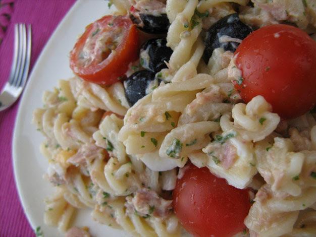 Salada de Massa e Atum Com Molho de Iogurte