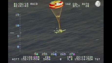 Após acionar um paraquedas conectado ao avião, o piloto conseguiu pousar no mar Foto: US Coast Guard