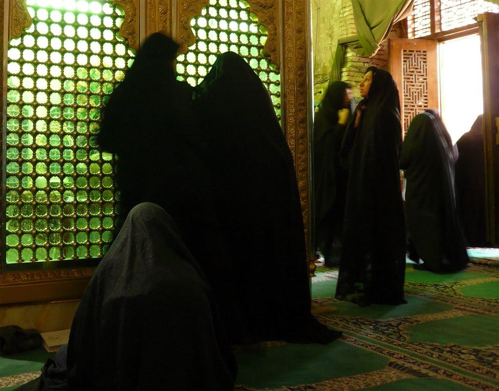 mujeres en tumba1