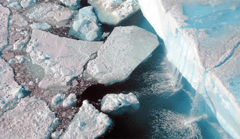Una catarata de agua de deshielo en la Antártida. | AWI