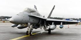 LKS 20121105  Hornet F-18D ja aseina Sidewinder (siiven kärjet), JSOW-liitopommi, AMRAAM (rungon reunat), Litening (rungossa alhaalla) ja JDAM (sininen oik.) Helsinki-Vantaan kentällä 5. marraskuuta 2012.     LEHTIKUVA Kimmo Mäntylä