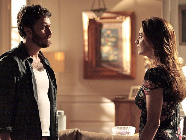 Elisa não gosta de ver Rodrigo sem a concha no peito (Foto: Amor Eterno Amor/TV Globo)