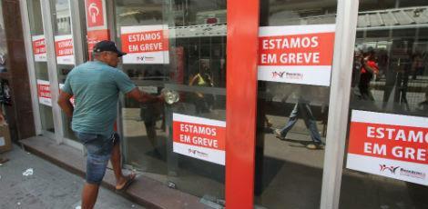 Greve inclui funcionários de instituições públicas e privadas. Não há previsão de volta às atividades / (Foto: Guga Matos)