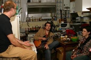 Anton Goudsmit met Melle Weijters en Jasper Stadhouders in de keuken bij Kraaij & Balder (foto: Cees van de Ven)