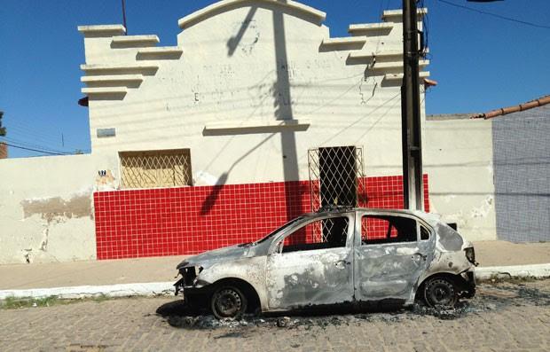 Carro da PM foi incendiado nesta madrugada em frente à delegacia da cidade (Foto: Reubem Avelino)