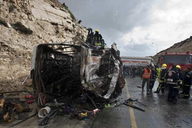 O ônibus virou e pegou fogo após o choque. O acidente matou pelo menos oito crianças palestinas, segundo a polícia israelense (Foto: AFP)
