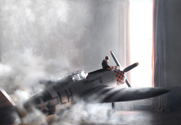 Мальчик и его самолет.