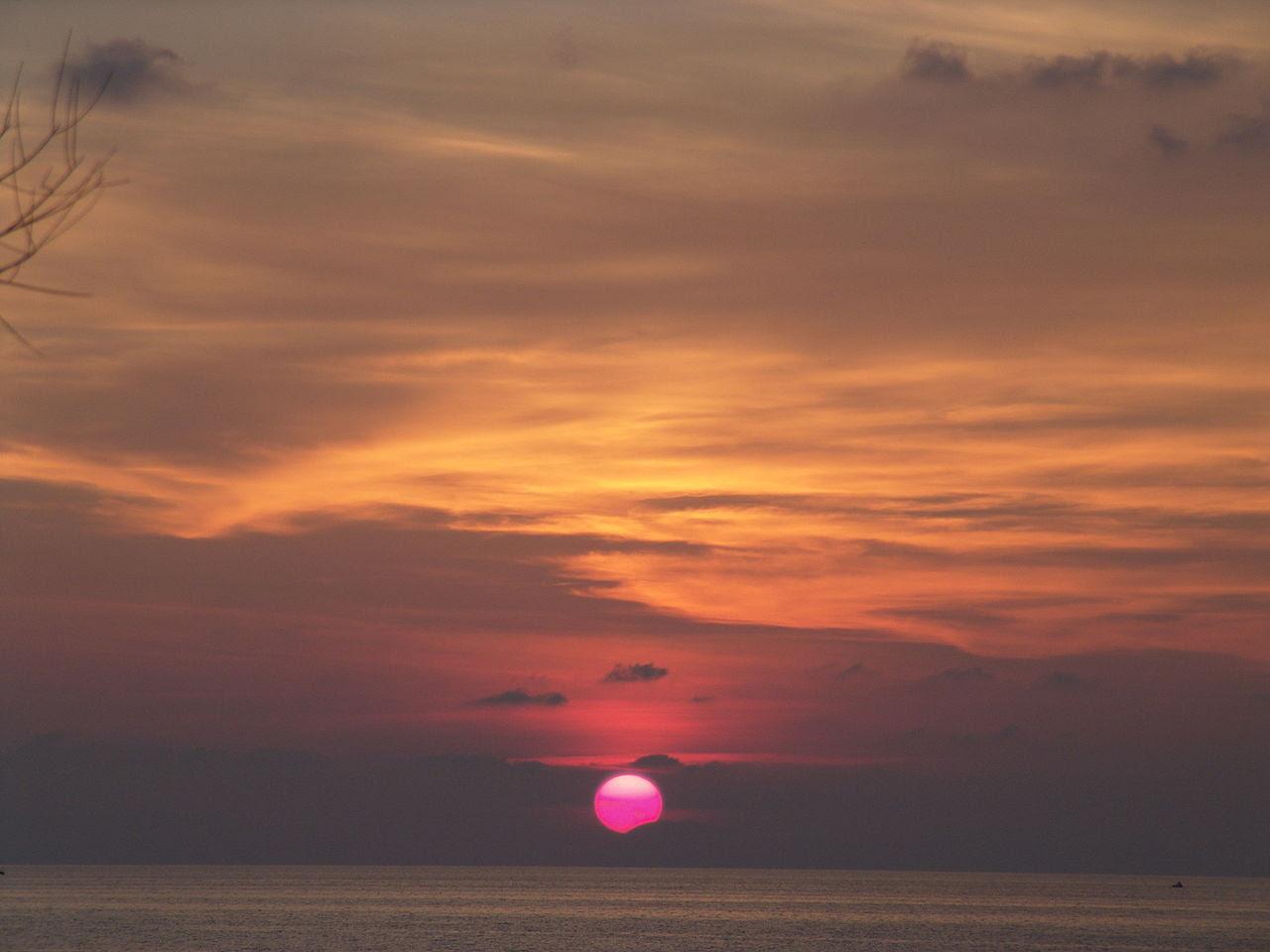 http://upload.wikimedia.org/wikipedia/commons/thumb/5/52/Sunset_in_Ricadi.jpg/1280px-Sunset_in_Ricadi.jpg