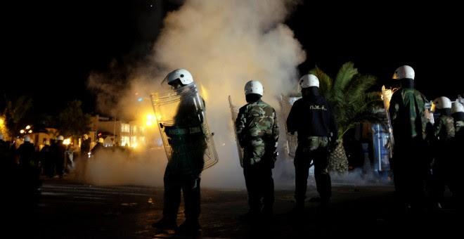 Policías antidisturbios griegos en la plaza de Mitelene, capital de la isla griega de Lesbos, donde grupos de ultraderecha atacaron e hirieron a decenas de refugiados el pasado domingo 22 de abril.- REUTERS.