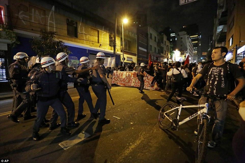 Manifestantes e policiais entraram em confronto nas ruas de São Paulo - milhas de distância de onde a Cerimônia de Abertura estava em andamento