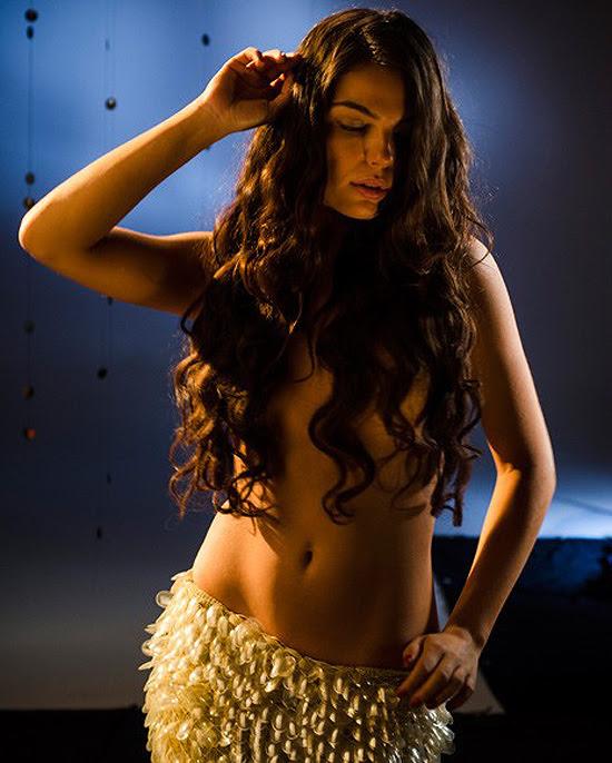 A atriz Isis Valverde com uma saia que simula as escamas do rabo de uma mitológica sereia