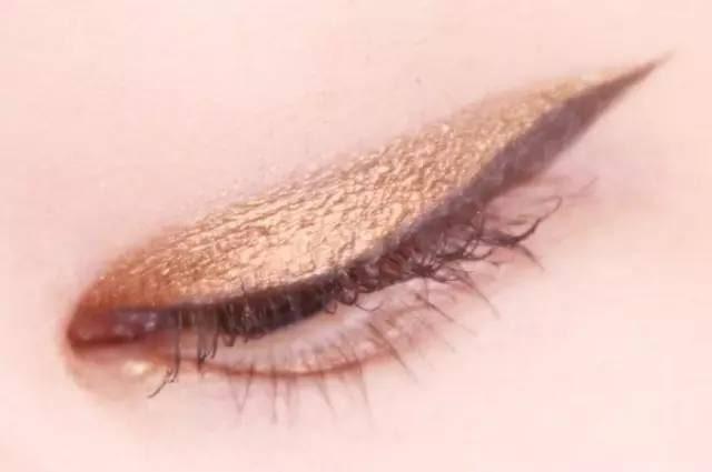 Hướng dẫn chi tiết từng bước một với 4 kiểu eyeline thanh mảnh sắc nét dành cho nàng mới tập tành kẻ mắt - Ảnh 8.
