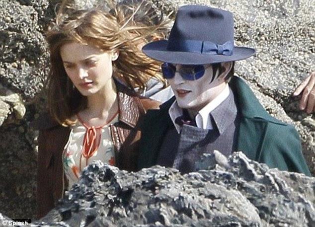 Primeiro olhar: Depp foi visto filmando o filme em uma praia em Devon no ano passado