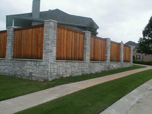 Pagar batu alam dengan kayu vertikal berdesain tinggi