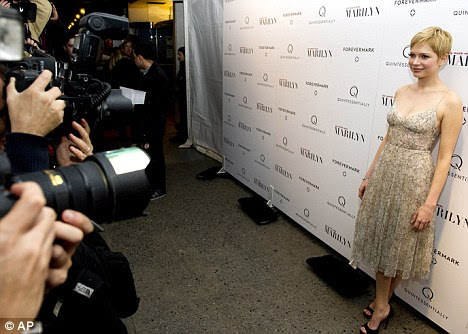 Strike a pose: Michelle de ser fotografado em sua estréia em Nova York, para o filme no qual ela estrelou como Marilyn Monroe