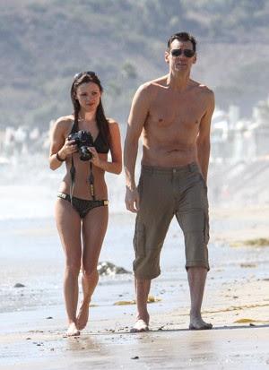 Cathriona White com Jim Carey na praia em Malibu, Califórnia (Foto: Fame Flynet USA/The Grosby Group)