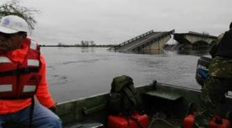 Resultado de imagen para corrientes cae auto en puente roto