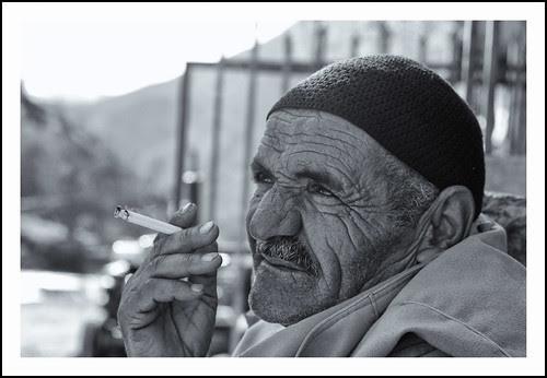 oude kop met sigaret by hans van egdom
