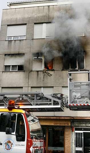 Pavoroso incendio en un piso de la calle Río Miño de Carballo