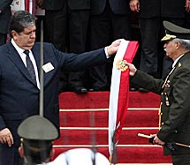 Alan García entrega la banda presidencial.