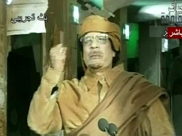 Imagem de Muammar Kadhafi mostrada pela TV líbia durante um de seus discursos desta quinta-feira (1º) (Foto: AFP)