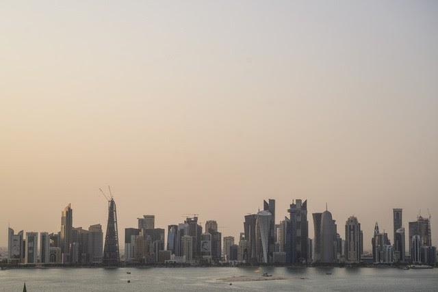Đẳng cấp chơi trội: Trời nóng 50 độ C, Qatar lắp luôn điều hòa nhiệt độ khổng lồ ngoài trời để người dân thấy mát mẻ hơn - Ảnh 1.