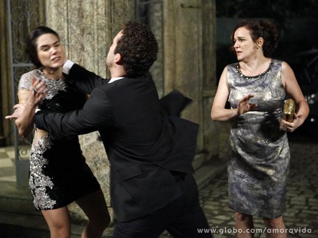 Daniel se revolta ao ver Linda ser empurrada por Leila (Foto: Amor à Vida/ TV Globo)