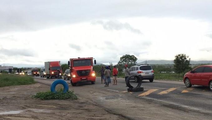 Caminhoneiros bloqueiam BR em Campina Grande (PB)