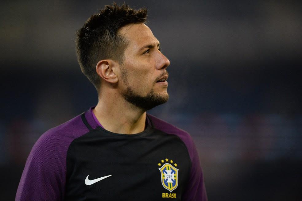 Diego Alves: goleiro quer voltar ao futebol brasileiro para ficar mais próximo da Copa do Mundo de 2018 na Rússia (Foto: Pedro Martins/Mowa Press)