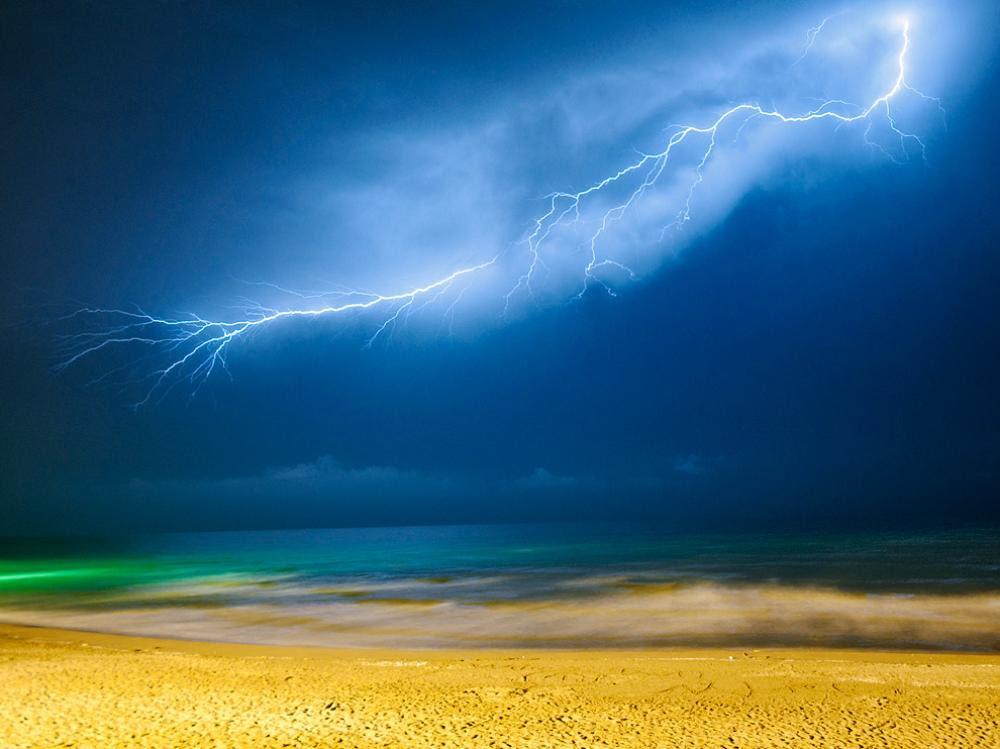 Κεραυνός πάνω από την Κασπία Θάλασσα. Ακόμα και κάτω από τέτοιες συνθήκες, μπορεί να προκύψει κάτι πολύ όμορφο .