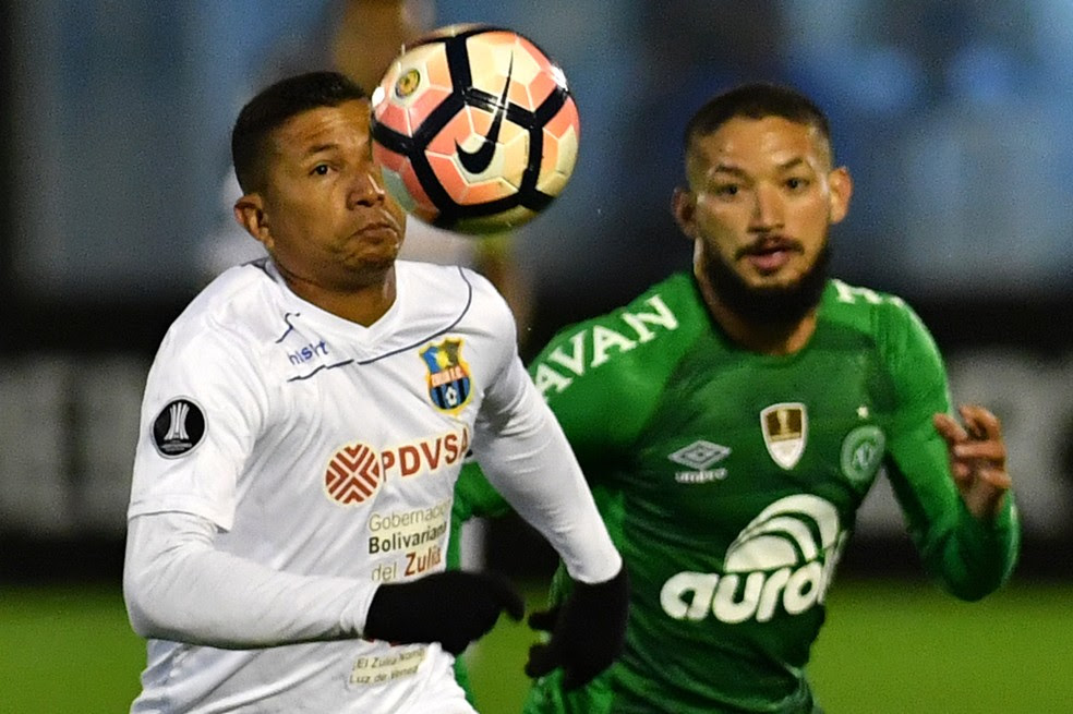 Autor do segundo gol, Arthur Caike disputa bola com jogador do Zulia (Foto: Nelson Almeida / AFP)