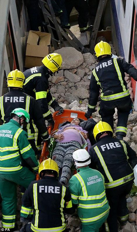 εργαζομένων έκτακτης ανάγκης βοηθήσει μια «έγκυος» ατύχημα στη σκηνή