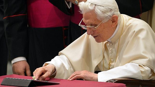 Resultado de imagen de benedicto XVI su primer tuit en la red Twitter.
