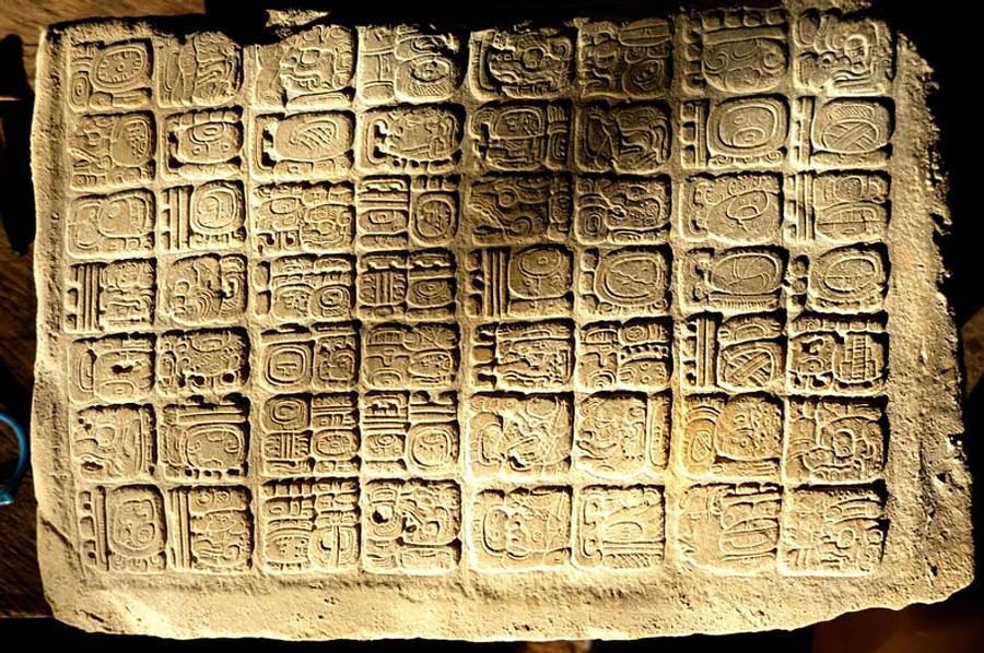 Panel descubierto en el palacio de La Corona, El Petén, Guatemala.