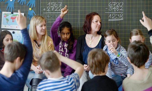 Unterrichten im Schulhaus Letten in Zürich gemeinsam eine 4. Klasse: Kristin-Milva Meier (l.) und Kathrin Uhlir.